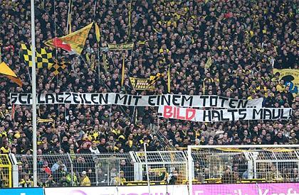 """Foto aus dem Stadion mit Fan-Spruchband: """"Schlagzeilen mit einem Toten... BILD halts Maul!"""""""