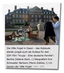 """Die Villa Hügel in Essen - das Gebäude diente jüngst auch als Kulisse für den ZDF-Film """"Krupp - Eine deutsche Familie"""": Bertha (Valerie Koch, r.) fotografiert ihre Schwester Barbara (Marie Zielcke, l.) im Garten der Villa Hügel."""