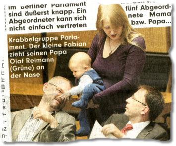 Krabbelgruppe Parlament. Der kleine Fabian zieht seinen Papa Olaf Reimann (Grüne) an der Nase