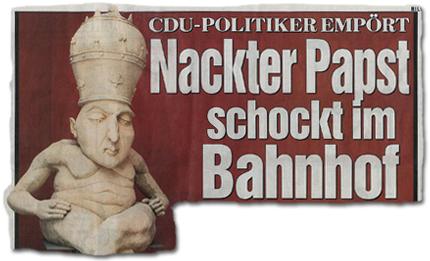 Nackter Papst schockt im Bahnhof
