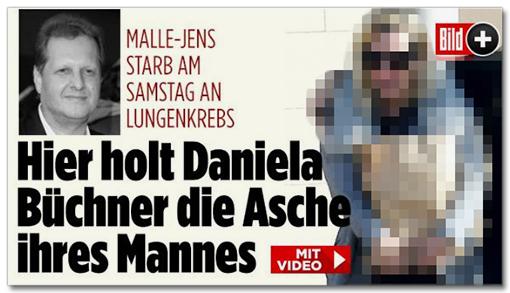 Screenshot Bild.de - Hier holt Daniela Büchner die Asche ihres Mannes [dazu ein von uns unkenntlich gemachtes Foto der Witwe, die eine Papiertüte in den Armen trägt]