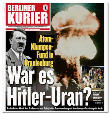 Ausriss der Titelseite des Berliner Kuriers - Atom-Klumpen-Fund in Oranienburg - War es Hitler-Uran? Radioaktives Material löst Großeinsatz aus. Polizei sieht Zusammenhang mit Atombomben-Forschung der Nazis - zu sehen ist ein Foto von Adolf Hitler sowie ein großer Atompilz