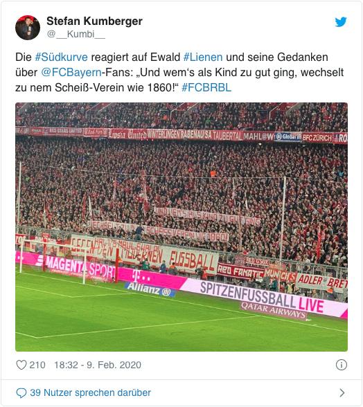 Foto der Fankurve des FC Bayern München mit einem Banner, auf dem steht: Halt's Maul, Ewald!