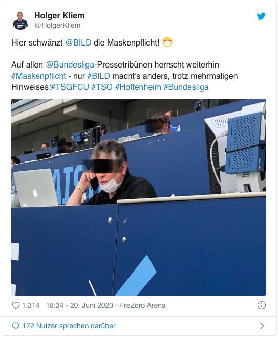 Screenshot eines Tweets von Holger Kliem - Hier schwänzt Bild die Maskenpflicht! Auf allen Bundesliga-Pressetribünen herrscht weiterhin Maskenpflicht nur Bild macht es anders, trotz mehrmaligen Hinweises! - Dazu sieht man ein Foto eines Bild-Reporters, der seinen Mund-Nase-Schutz nicht über Mund und Nase trägt und dabei telefoniert.