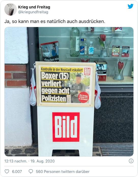 Screenshot eines Tweets, der einen Bild-Aufsteller in Hamburg zeigt - darauf ist die Schlagzeile zu lesen: Kontrolle in der Neustadt eskaliert - Boxer (15) verliert gegen acht Polizisten