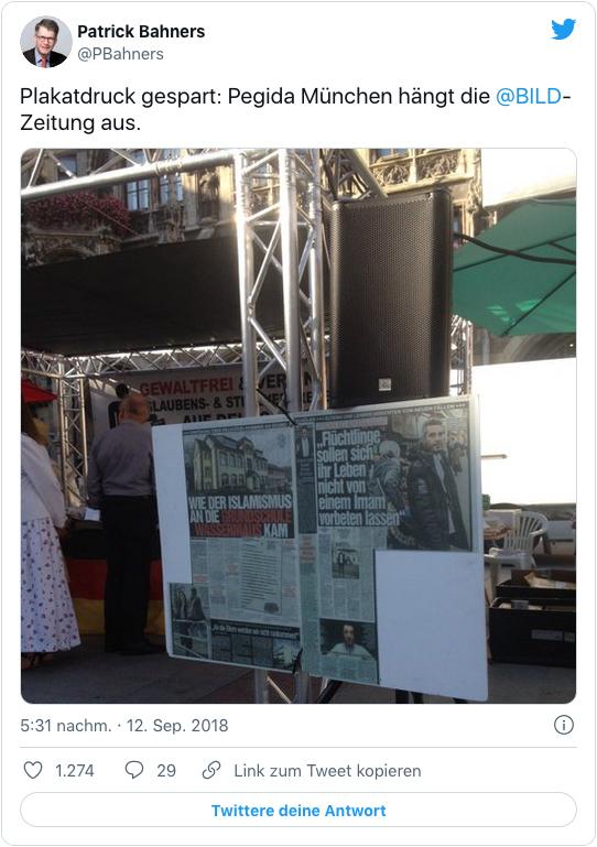 Screenshot eines Tweets von Patrick Bahners - Plakatdruck gespart: Pegida München hängt die Bild-Zeitung aus.
