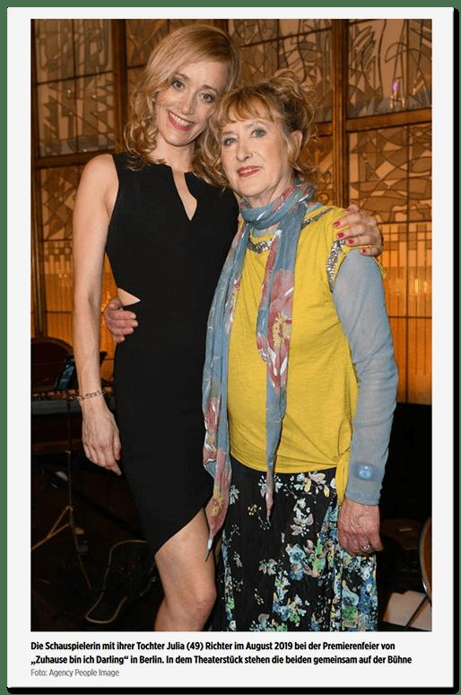 Ein Foto von Beatrice Richter mit einer anderen Frau, dazu die Bildunterschrift: Die Schauspielerin mit ihrer Tochter Julia (49) Richter im August 2019 bei der Premierenfeier von Zuhause bin ich Darling in Berlin. In dem Theaterstück stehen die beiden gemeinsam auf der Bühne