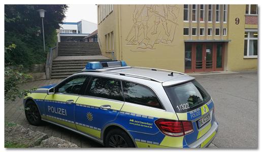 Foto eines Polizeiautos, das vor der Grundschule in Villingendorf steht