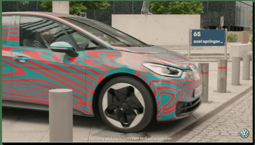 Screenshot aus dem VW-Werbevideo, auf dem das Elektroauto vor einem Axel-Springer-Schuld zu sehen ist